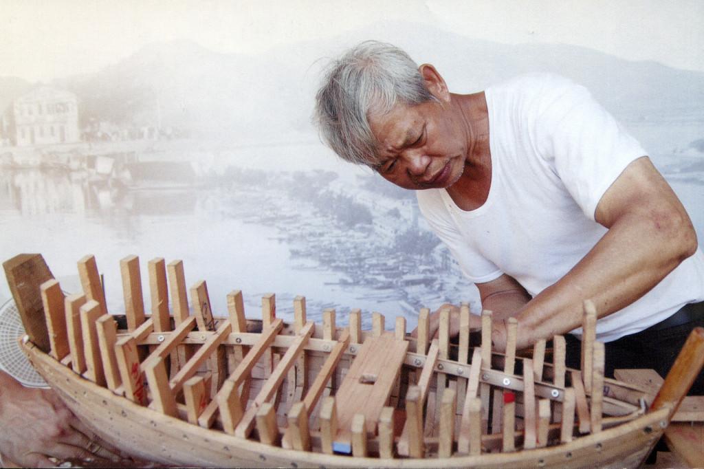 溫泉在一絲不茍地製作一艘船模。