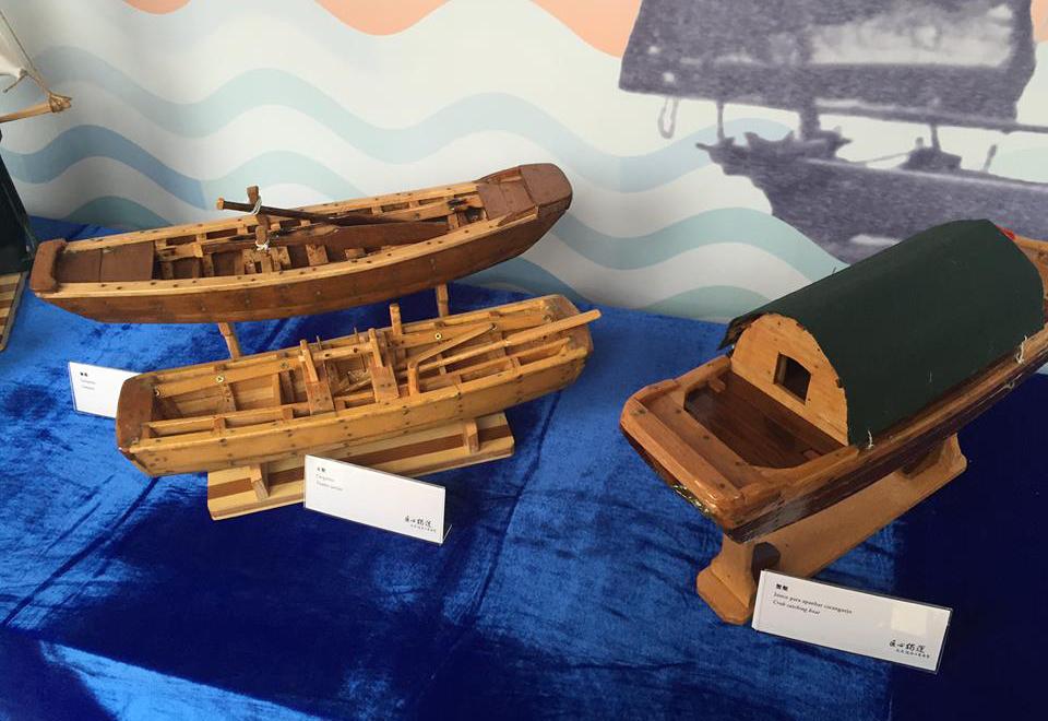 溫泉根據真實漁船比例手工製作的船模