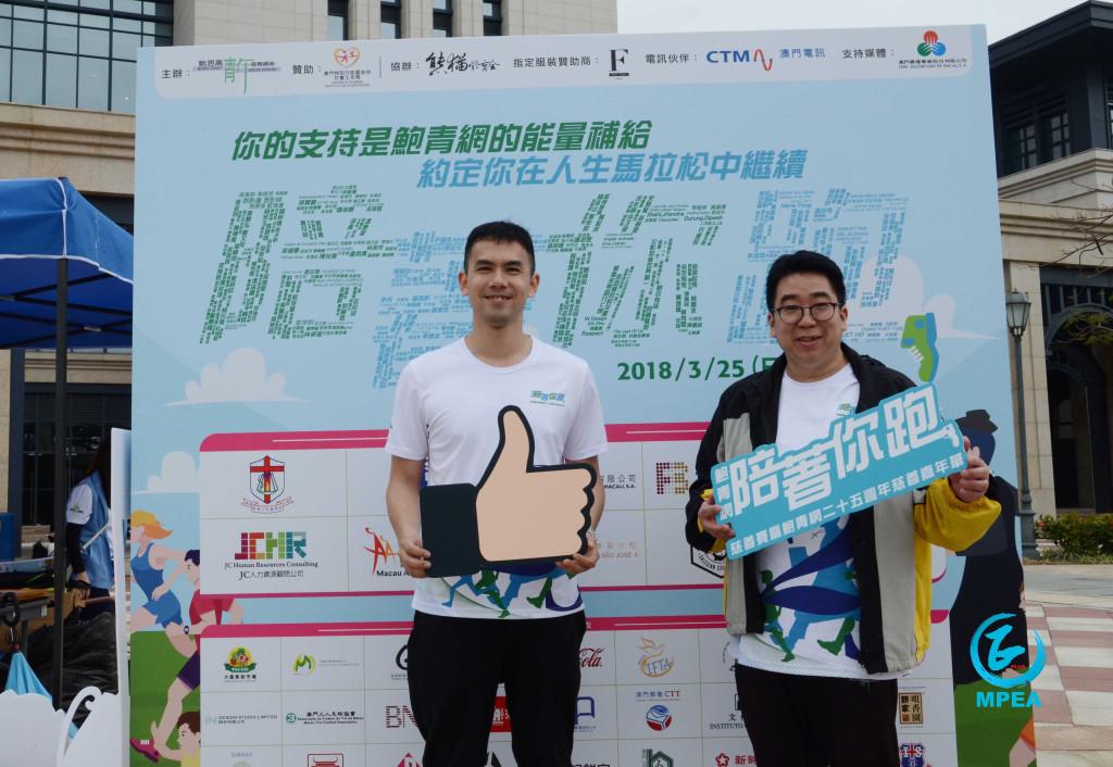 鮑青網行政總監葉永強(右)、家庭健康促進中心社工譚迪生欣喜活動受歡迎。