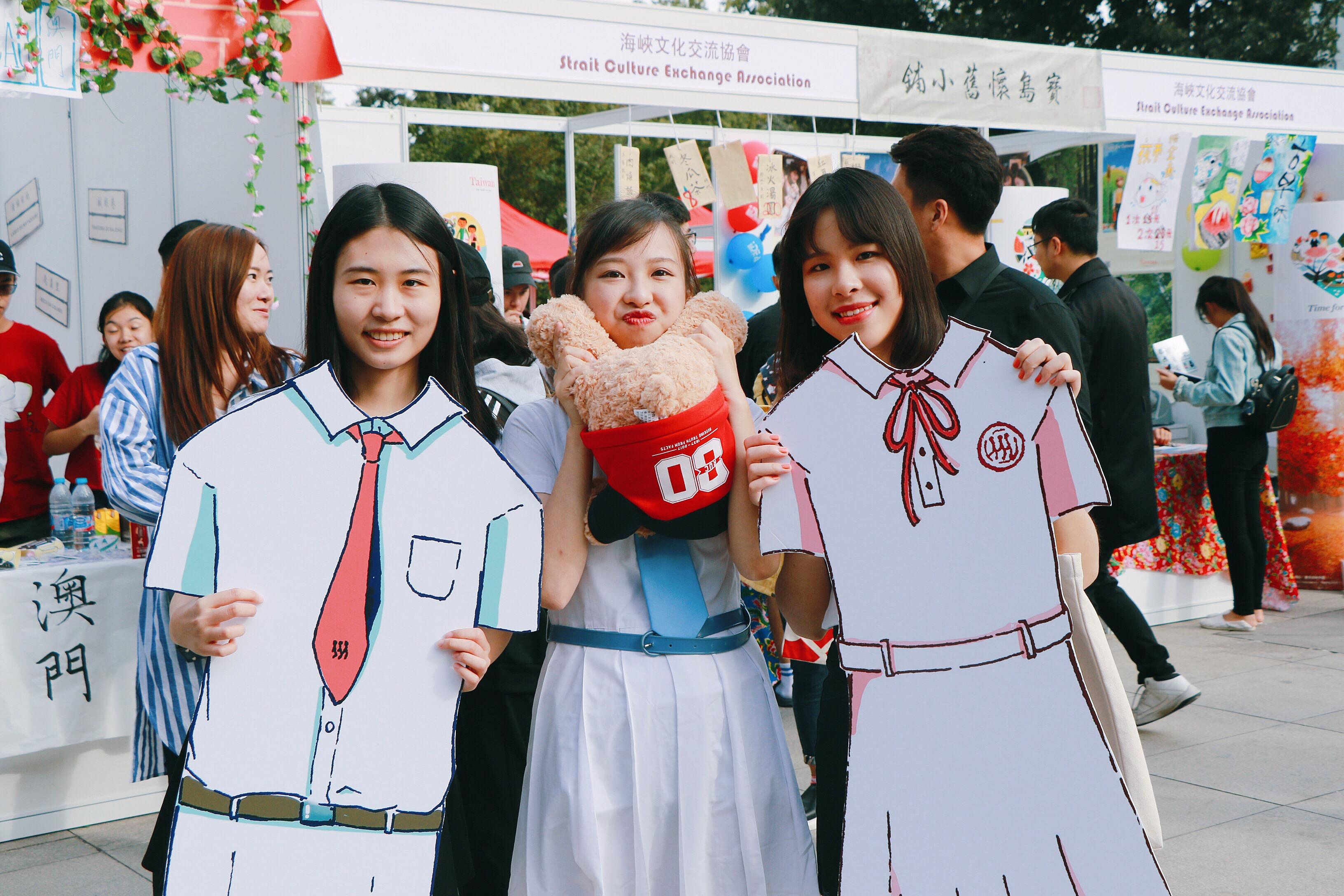 """004_在人大國際文化節的""""澳門""""攤位上,趙芷晴和她製作的、供內地同學合影的澳門中學校服紙板"""