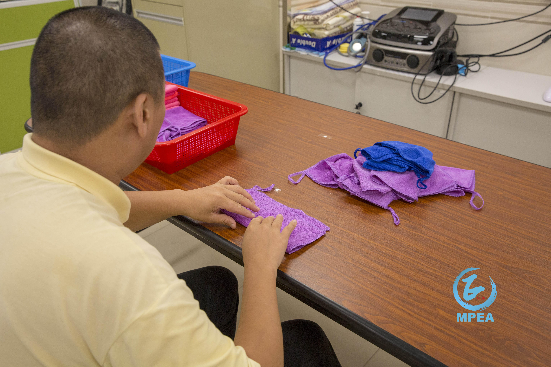 學員正在練習摺毛巾