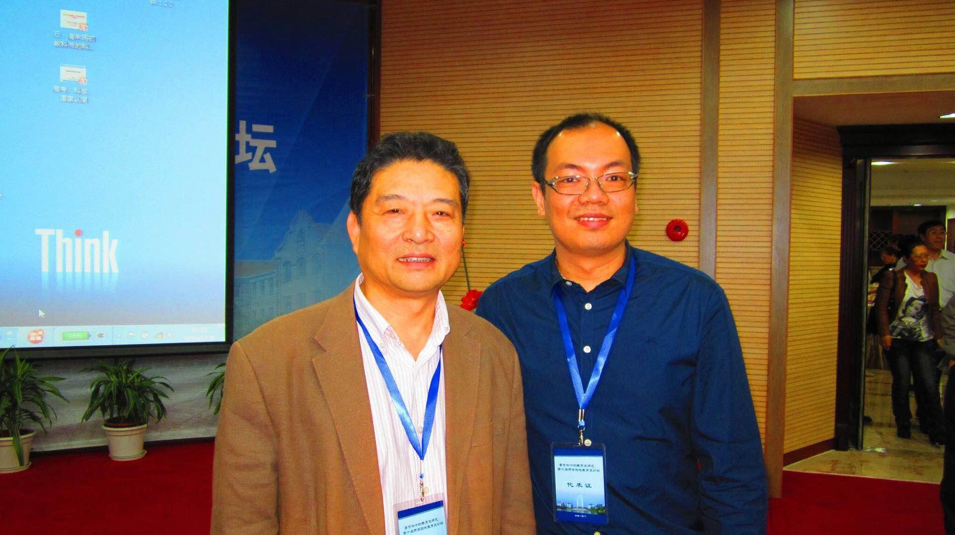 陳志峰還是一位研究生時已參加海峽兩岸暨港澳地區教育史論壇,幸得與中國教育研究大師級人馬丁鋼教授合影,如今一轉眼這個學術盛會辦了十二年。(圖片由受訪者提供)