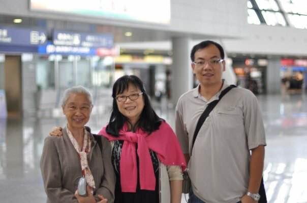 陳志峰有幸陪同恩師劉羨冰和楊秀玲參加教育論壇,獲益良多。(圖片由受訪者提供)