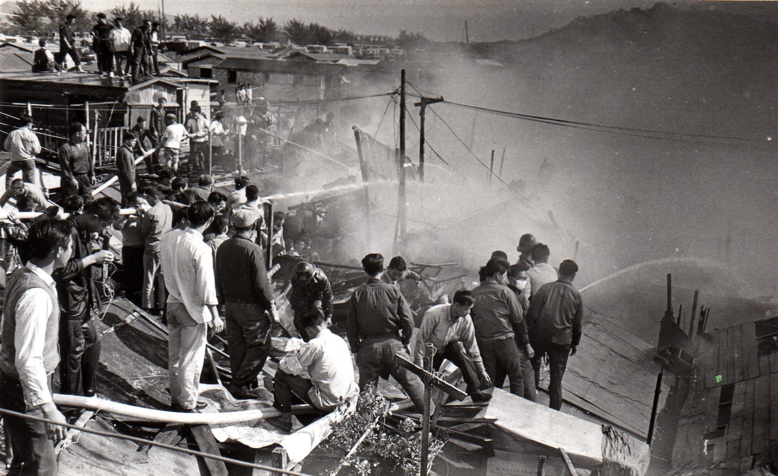 A05-1 街坊們協助消防人員奮力撲火